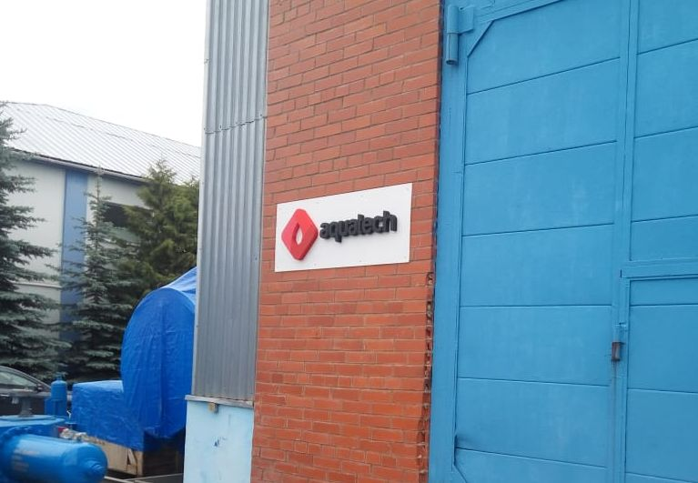 Наружная вывеска логотипа компании с объемными буквами из пенопласта